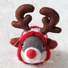 Free pattern & tutorial on how to sew sock reindeer with 2 single socks. Use a Christmas theme chenille microfiber sock as the onesie suit of the reindeer.