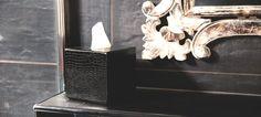 Ce cache pour boîte de mouchoirs carré est constitué de deux parties coulissantes. Vous posez la boîte en carton dans le bac inférieur, puis vous refermez avec la partie supérieure, en cuir naturel. Decoration, Door Handles, Wall Lights, Home Decor, Natural Leather, Decor, Appliques, Decoration Home, Dekoration