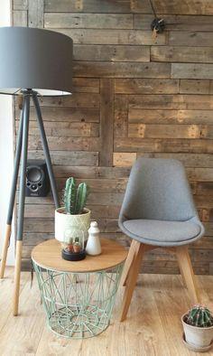 Grijze eetkamerstoel met vilt stof en het onderstel is gemaakt van eikenhout .  Ferm living wired basket bijzettafel in de kleur mint groen. De grijze vloerlamp is van Zuiver. Meer info en inspiratie kunt u vinden op www.wortelwoods.nl