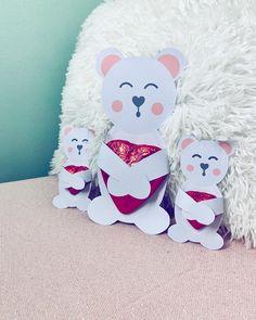 I love you beary much! Meine Schoggi-Bärchen eignen sich nicht nur für den Valentinstag sondern auch sehr gut zum Muttertag! ☺️💝 Druckvorlage und Anleitung findet ihr auf dem Blog 😉 . . . #muttertagsgeschenk #diyproject #bastelnzummuttertag #bastelnmitkindern #bastelnmitpapier #bastelnfürkinder #bastelnmitkind #kinderbasteln #muttertagsgeschenkidee #muttertag Smurfs, Teddy Bear, Blog, Life, Instagram Posts, Velentine Day, Blogging