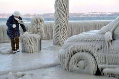 Les bords du Lac Léman sont devenus inaccessibles après que les vagues du lac les ont transformés en patinoire.