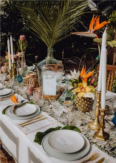 Engaged // Bohemian tropical styled shoot - Love this tropical table setting! - Engaged // Bohemian tropical styled shoot – Love this tropical table setting! Do you like this a - Tropical Wedding Centerpieces, Tropical Wedding Decor, Tropical Party, Tropical Decor, Wedding Reception Decorations, Wedding Table, Table Decorations, Wedding Favors, Diner Decor