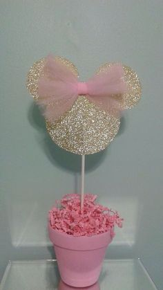 minnie mouse This adorable pink and gold Minnie Mouse centerpiece will add the perfect touch to your table at your next pink and gold Minnie Mouse party. Minnie head is made from gold gl Minnie Mouse 1st Birthday, Minnie Mouse Theme, Minnie Mouse Baby Shower, Mickey Y Minnie, Mickey Party, Minnie Mouse Party Decorations, Minie Mouse Party, Mickey Cakes, Diy Birthday Decorations