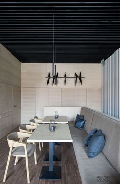 Hana Sushi Manufaktura, Łódź.   Nowoczesne, drewniane panele na ścianach.  Minimalist japanese restaurant. Wood paneling design. www.milkdesigns.pl Hana Sushi, Projects