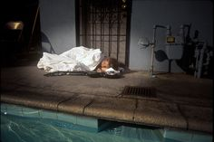 On October Kurt Cobain, Dave Grohl, and Krist Novoselic met up with photographer Kirk Weddle at a Los Angeles pool to take some promo shots based on the infamous 'baby reaching for a dollar' cover. Dave Grohl, Banda Nirvana, Historia Do Rock, Grunge, Donald Cobain, Nirvana Kurt Cobain, Underwater Photographer, Courtney Love, Baby Cover