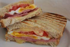 panini con jamón, queso  y huevo