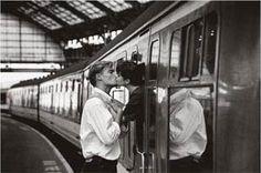 No hay trenes que se marchan, sino trenes que no cogemos.   Si queremos aprovechar una oportunidad, la responsabilidad es nuestra; somos nosotros quienes, consciente o inconscientemente, decidimos no subirnos a un tren en concreto.