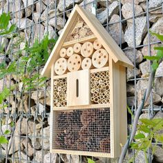Naturfreunde aufgehorcht! Diese Insektenvilla ist die optimale Überwinterungshilfe und ein guter Nistkasten für kleine Krabbler. via: www.monsterzeug.de