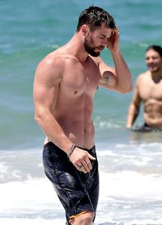 Chris Hemsworth Goes Shirtless, Bares Ripped Body in Australia: Photo Chris Hemsworth is putting his muscular Thor body on display while going shirtless at the beach on Friday (October on the Gold Coast of Australia. Chris Hemsworth Thor, Chris Hemsworth Sem Camisa, Chris Hemsworth Muscles, Thor Body, Snowwhite And The Huntsman, Hemsworth Brothers, Chris Evans Funny, Ripped Body, Actors Male