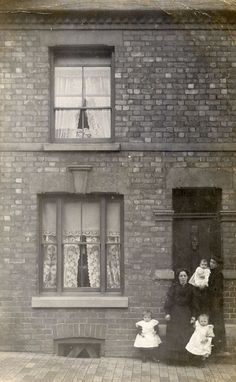 vintage everyday: 99 Interesting Found Photos Capture People Outside Their Houses From Between 1900s and 1910s