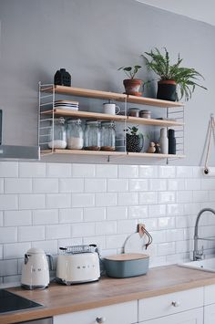 String - Pocket Wandregal The popular string shelf by String offers plenty of space - in the kitchen, among other things, for spices, plants and dishes. Jennifer Paro fastened the wall shelf in her ki Kitchen Shelves, Wall Shelves, Kitchen Decor, Diy Kitchen, Küchen Design, Interior Design, String Regal, String Pocket, String Shelf