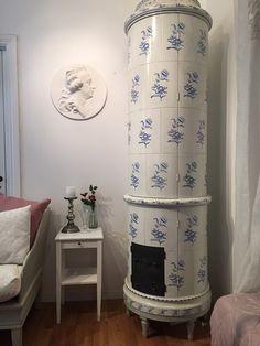 Nytillverkat kakelugnsskåp. Kopia av en 1700-talsmodell.