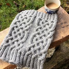 This celtic cable cowl pattern suits both men and women :) free pattern