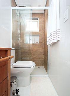 Banheiro clean e com personalidade Small Bathroom Interior, Modern Small Bathrooms, Tiny House Bathroom, Bathroom Layout, Modern Bathroom Design, Bad Inspiration, Bathroom Inspiration, Toilet Design, Home Room Design