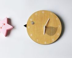 Detské-nástenné-hodiny-z-dreva-v-tvare-vtáčika. Ale, Clock, Home Decor, Watch, Decoration Home, Room Decor, Ale Beer, Clocks, Home Interior Design