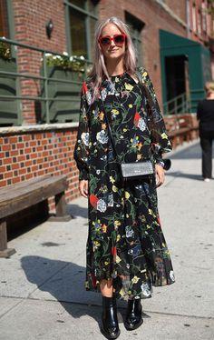 O vestido de manga comprida floral ganha uma nova cara com a botinha de cano curto e bolsa transversal preta.  it girl - vestido-florido-bota-preta - vestido  - inverno - street style