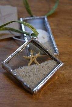 Christmas Crafts - Real starfish and sand dollars are encased with Cape Cod sand into glass and soldered to make these one of a kind beach ornaments Stained Glass Projects, Stained Glass Patterns, Stained Glass Art, Mosaic Glass, Fused Glass, Stained Glass Ornaments, Mosaic Mirrors, Leaded Glass, Mosaic Art
