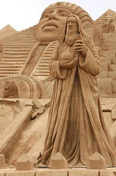 Some of the best beach sand sculptures from around the world. Sculpture Textile, Sculpture Metal, Land Art, Ice Art, Snow Sculptures, Snow Art, Sidewalk Art, Grain Of Sand, Beach Art