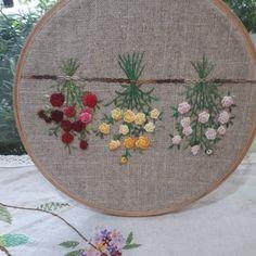동댐 어느매장에서 본 작품.따라쟁이 수놓고 멀리 보내 허전하던 중 마음을 달래주듯 예쁘게 사진이 보내왔다. 감사한 마음다시한번 전해본다. #프랑스자수 #부평 아트빌리지#패션자수 #프랑스자수스티치강습 Hand Embroidery Flowers, Hand Embroidery Designs, Vintage Embroidery, Embroidered Flowers, Embroidery Stitches, Embroidery Patterns, Flower Basket, Hand Stitching, Projects To Try