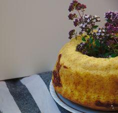 Marmorkuchen aufgepimt {mit Sauerrahm, Marmeladenswirl und Blumensträußchen inside}