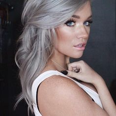 Just look at the silver blonde hair color of this girl in pic Gray Balayage, Ash Blonde Balayage Silver, Silver Grey Hair, Gray Ash Hair, Grey Blonde Hair Color, Toner For Blonde Hair, Neutral Blonde, Beauty And Fashion, Ombre Hair