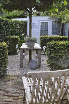 De tuin van Anne van Kind An Huys. Leuke verdeling door gebruik te maken van beukenhagen.