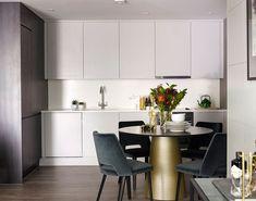 В Лондоне даже небольшие по нынешним меркам квартиры полны стиля и изысканности. Взять хотябы эту современную лондонскую квартиру, над проектом которой трудились дизайнеры из Love Interiors — здесь все очень компактно, но каждый предмет интерьера подобран с утонченным вкусом, словно рукой большого мастера. В этом интерьере приятно рассматривать каждую деталь. Прекрасная работа!