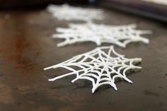 How to make DIY white chocolate spiderwebs for easy Halloween decorations + ideas for how to use them: perfect for desserts and after-dinner drinks. Easy Halloween Decorations, Halloween Desserts, Halloween Cupcakes, Halloween Candy, Holidays Halloween, Christmas Tree Decorations, Halloween Dinner, Halloween Goodies, Diy Halloween