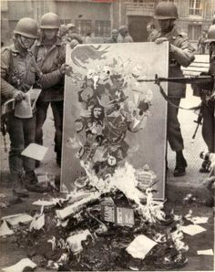 Soldiers burn Marxist books and leaflets in downtown Santiago, Sept. some days after the military coup that ousted Chilean President Salvador Allende. Book Burning, Native Country, Bullen, Art Vintage, Military Coup, American War, World History, Old Pictures, Decoration