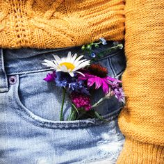 Pocket full of flowers , pretty flowers and cheerful so lovely Flower Aesthetic, Aesthetic Colors, Aesthetic Pictures, Wild Flowers, Pretty Flowers, Bunt, Planting Flowers, Thing 1, Photos