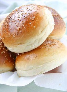 Retrouvez ma recette sur Yummy Magazine N°15 Ca y est la première fournée de buns vient de sortir!! Et ma foi je dois avouer qu'ils ne sont pas mal ces petits pains burger homemade ! Dorés à souhait, moelleux et parfumés avec leurs graines de sésame......