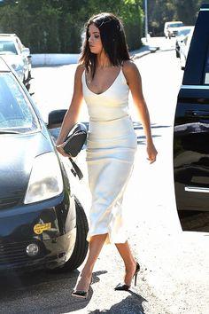 Selena Gomez in an all-white slip dress and black pumps - celebrity style Selena Gomez Fashion, Style Selena Gomez, Selena Gomez Fotos, Selena Selena, Selena Gomez White Dress, Selena Gomez Outfits, Selena Dresses, Slip Dresses, Mafia Outfit