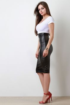 Girl in leather skirt Girl Fashion, Fashion Dresses, Womens Fashion, Fashion Design, Leder Outfits, Legging, Hot Dress, Mode Style, Elegant Woman