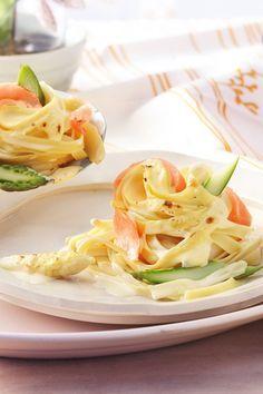 Feiner Räucherlachs mit Spargel in leckeren Nudelnestern aus Tagliatelle goldbraun gratiniert – Die perfekte Einladung zum Schlemmen!