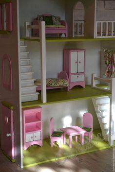 Купить или заказать Кукольный домик в интернет-магазине на Ярмарке Мастеров. Новенький кукольный домик уже завтра непременно порадует свою маленькую хозяйку!!! Домик выполнен в еще одной популярной в последнее время расцветке. Мебель из серии 'Стандарт' с текстилем. Всегда нравится,когда домики заказывают в полной комплектации, так как сама люблю наводить всю эту красоту,шить шторки, подушечки, делать домик таким уютным))) Выбирайте для своих детей игрушки из натуральных…
