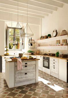 Cocina rústica con mosaico hidráulico y una isla. Baldas voladas. Muebles grises 00378433