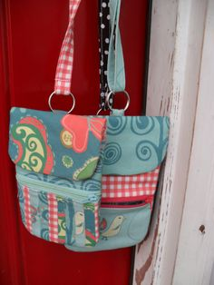 Free pattern and tutorial.  Hang around your neck phone case. Quick & easy to make too.