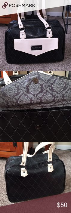 Mary Kay tote bag Never used in perfect condition has a removable divider in the middle for extra storage Mary Kay Bags
