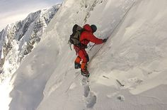 El alpinista de 73 años Carlos Soria, escalando ayer el espolón que separa los campos 2 y 3 del Annapurna, durante su intento de cumbre frustrado por la cantidad de nieve acumulada en la montaña.