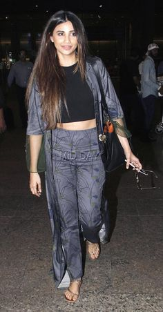 Daisy Shah has let her hair loose and looks stunning her ensemble Teen Hairstyles, Loose Hairstyles, Bollywood Fashion, Bollywood Actress, Daisy Shah, Kurti Designs Party Wear, Bicycle Girl, Most Beautiful Indian Actress, Classy Women