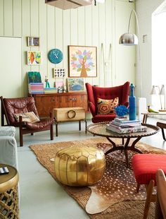 What a stunning interior with an eclectic mix of products and items from leather chairs, to metallic foot rests and wood walls, this an interior with space, high ceilings , character and eclectic mix.