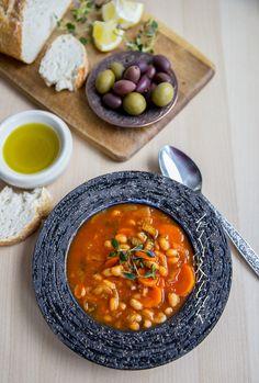 Jag älskar fasolada. Nyttig, lättlagad, mättande och fantastiskt god soppa. Det är väldigt gott att servera oliver, en bit bröd och olivolja bredvid. Recept på fler goda grekiska rätter hittar du HÄR! och recept på goda soppor hittar du HÄR! 4 portioner 400 g kokta vita bönor 1 lök 3 st morötter 2 st selleristjälkar 3-4 msk tomatpuré 2 st grönsaksbuljongtärningar (eller salt) 1 tsk paprikapulver Salt & peppar Olivolja till stekning Ca 5 dl vatten 1 dl finhackad persilja (valfritt) Gör såh... Greek Recipes, Soup Recipes, Vegetarian Recipes, Healthy Recipes, Delicious Recipes, Zeina, Good Food, Yummy Food, Quorn