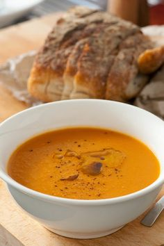 Recette de soupe à la citrouille et aux haricots secs, carottes - Dans cette recette on utilise des restes de haricots secs (blancs, rouges..) selon le frigo. Ce potage est cuisiné avec de la citrouille, des carottes, du bouillon et des croûtons. Le velouté est proposé en version compatible régime vegan.