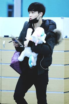 What's cuter than a confused Lay? A confused Lay holding a unicorn plushie <3