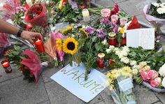 乱射事件が起きたドイツ・ミュンヘンのショッピングモールに供えられた花と「Warum?「なぜ?」)と書かれた紙(2016年7月23日…
