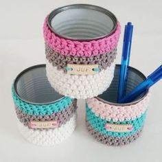 potje omhaken, conserve blikje, lederen label van Mez11, pennenbakje Crochet Basket Pattern, Knit Basket, Crochet Gifts, Cute Crochet, Crochet Motifs, Crochet Patterns, Crochet Organizer, Crochet Video, Crochet Home Decor