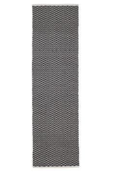 Käsinkudottu puuvillamatto, jossa siksak-kuvio. Koko 70x150 cm.<br><br>Levitä maton alle liukuestematto parantamaan turvallisuutta ja mukavuutta. Liukueste pitää villamaton paikallaan. Saatavana  monta eri kokoa. <br><br>100% puuvillaa<br>Pesu 40°