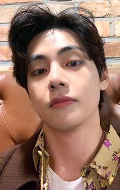 Foto Bts, Bts Photo, V Smile, Taehyung Selca, Jimin, Bts Gifs, V Bts Wallpaper, Most Handsome Men, Kpop Guys