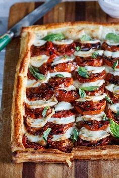 Caprese Tart with Roasted Tomatoes. - Caprese Tart with Roasted Tomatoes. Caprese Tart with Roasted Tomatoes. Caprese Tart with Roasted T - Vegetarian Recipes, Cooking Recipes, Vegetarian Appetizers, Appetizer Recipes, Cooking Tips, Vegetarian Tart, Salad Recipes, Fig Recipes, Dinner Party Recipes