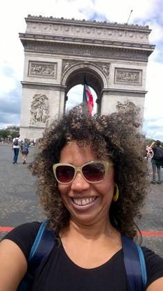 Cabelos ao vento em plena Champs-Élysées.